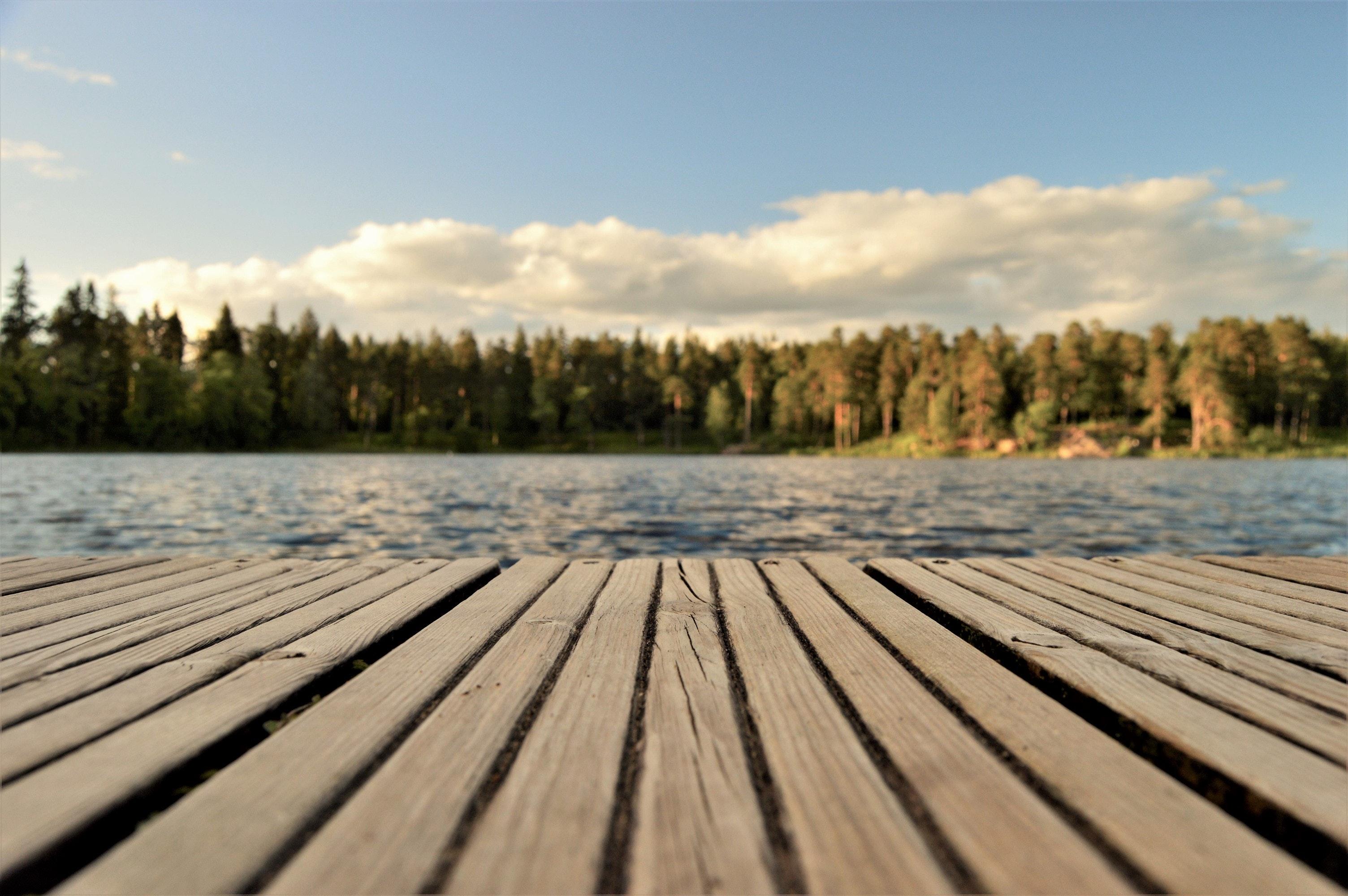 Hitta lugnet vid en sjö